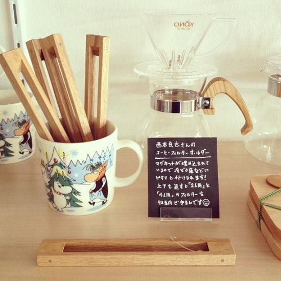 コーヒー道具の並ぶ棚。