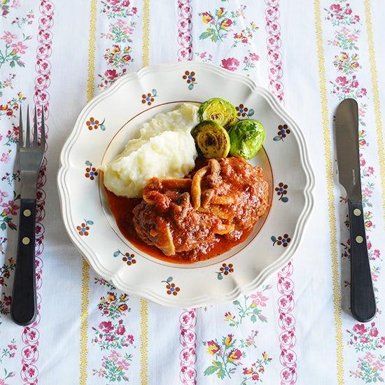 【特集|コトコト美味しい煮込みレシピ】第1話:料理家・小堀紀代美さんのハーブハンバーグのトマト煮込み