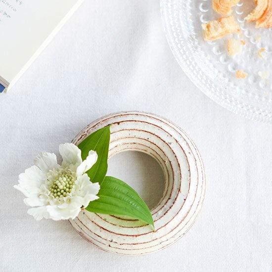 【Buyer's Voice・新商品】陶芸作家・山田雅子さんの、やさしい空間を作り出す花器。