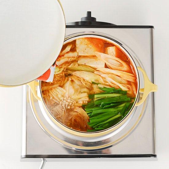 【特集|我が家のウチ鍋レシピ】第3話:やさしい味わいのキムチ鍋。