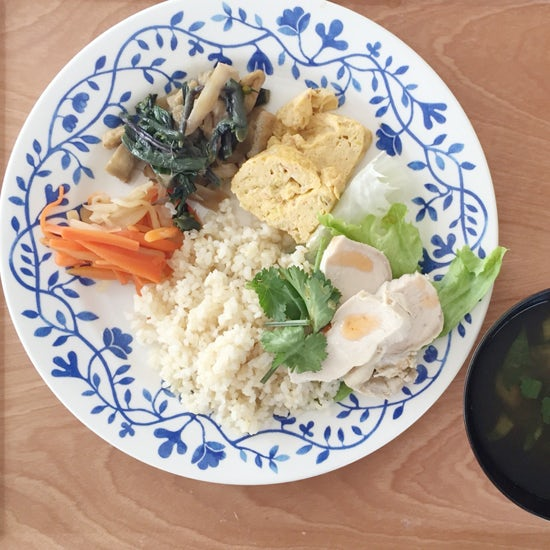 【クラシコムの社員食堂】春の色合いが鍋の中に、テーブルの上に。