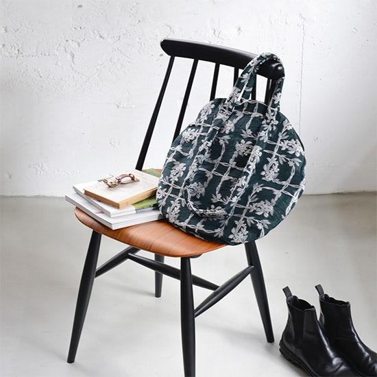 【新商品】刺繍のような花模様にひとめぼれ♪2WAYが頼もしいバッグが新登場!