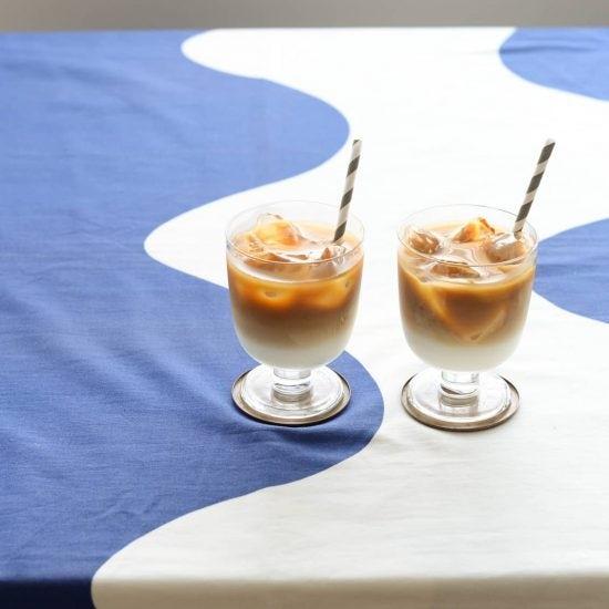 【特集|おうちで楽しむ冷たいドリンク】第2話:見た目もおいしいアイスカフェオレ。きれいなツートンはコーヒーを氷に当てればうまくいく!