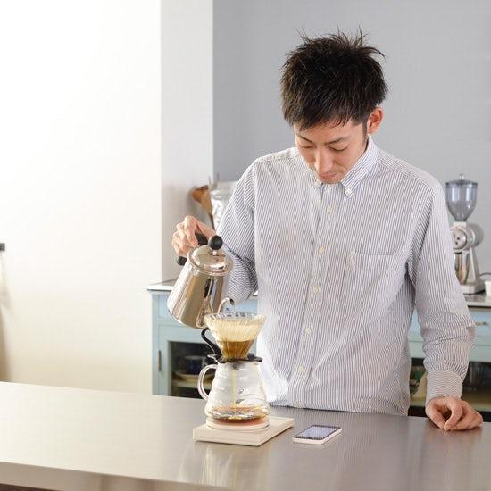 【特集|おうちで楽しむ冷たいドリンク】第1話:プロに教わるアイスコーヒー。お湯を真ん中に淹れつづけるのがコツ!