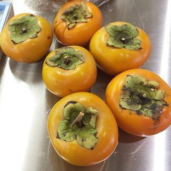 【クラシコムの社員食堂】おみやげの柿を即興でサラダにしてみました!