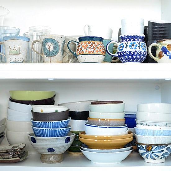 【私たちの食器棚事情】第1話:旅でみつけた食器がずらり。食いしん坊の食器棚。