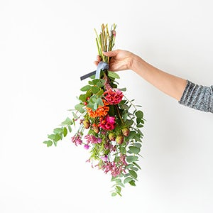 【ハンドメイドの花飾り】第1話:ドライになってもきれい!束ねて吊るしておくだけ、の花飾り。