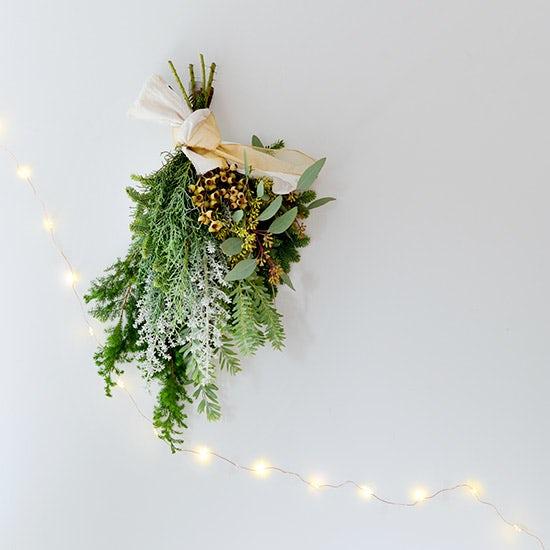 【ハンドメイドの花飾り】第5話:今年の玄関飾りはこれで決まり!吊るしてたのしむクリスマススワッグ。