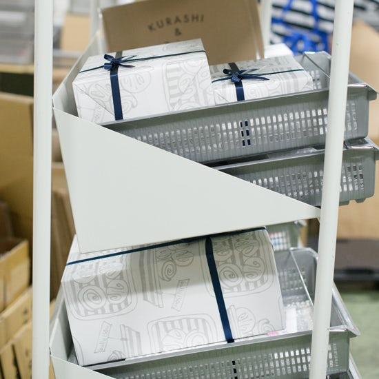 【スタッフコラム】まるでサンタクロースオフィス!クリスマス直前の、当店倉庫へ行ってきました。