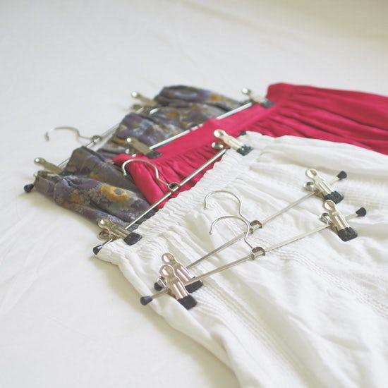 【服の収納グッズ】第1話:スカートやパンツ用の種類別・おすすめのマワハンガーの選び方。