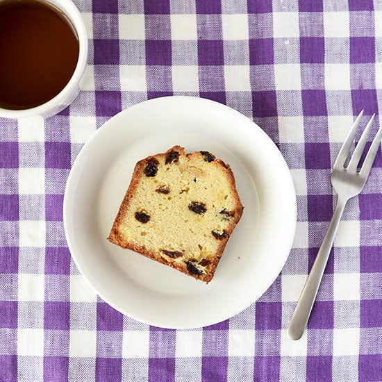 【限定販売スタート】ほろっと食感、香り広がる特別なおやつ「ラムレーズンのケーキ」