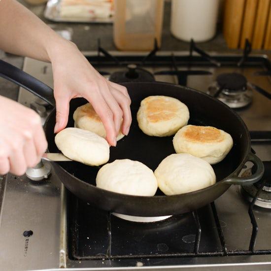 【料理家さんの定番おやつ】フライパンで作る、2種類のクイックブレッド