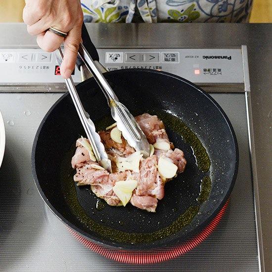 【フライパン1つで満足レシピ】副菜もまとめて作れる♪「チキンと野菜のグリル」