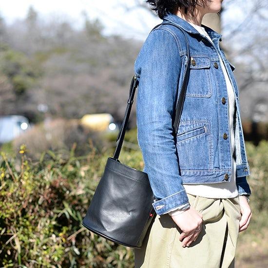【新商品】トレンド感がありながら、いつものスタイルにしっくりと馴染む。理想のバケツ型ショルダーバッグに出会いました!