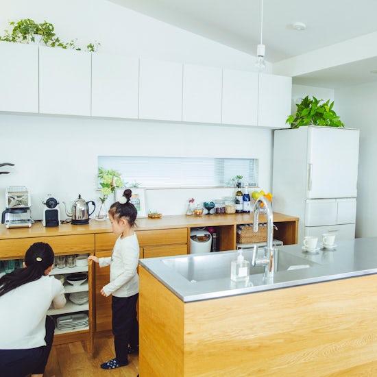 【インテリア特集】第2話:家族もゲストも心地いい。グリーンあふれる、すっきりキッチン。