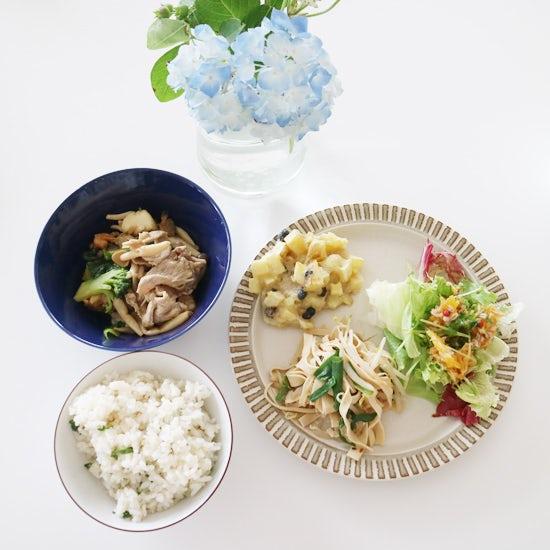 【クラシコムの社員食堂】あじさいに集まる男性陣と、干豆腐に集まる女性陣。