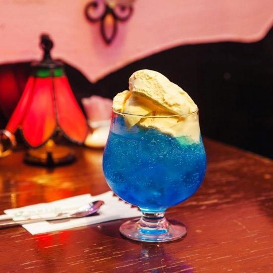 【木曜日になったら、純喫茶】深夜2:00まで営業。秋の夜長は、ブランコ席で青色クリームソーダを