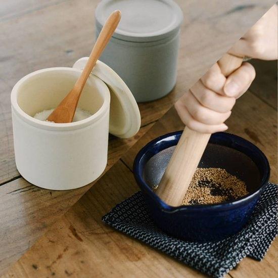 【新商品】キッチンの秘密道具に!さらさらが続く「塩壺」と溝のない「すり鉢」が新登場です♪