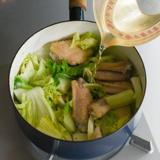 【料理家さんの定番レシピ】第3話:白菜と鶏手羽の塩煮込みを、かんたんシチューにアレンジ!