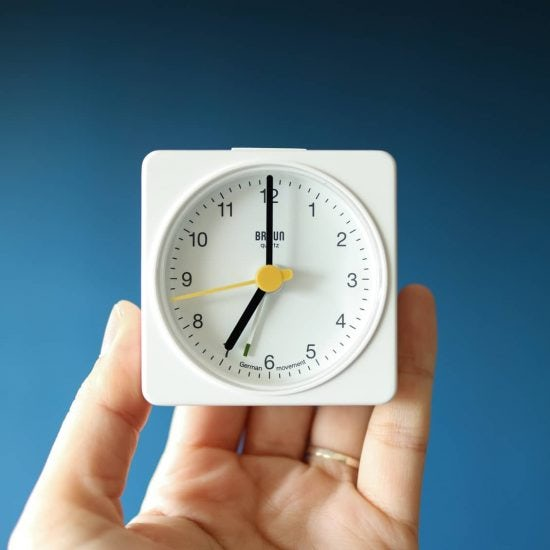 【スタッフの愛用品】余裕のある「朝時間」に憧れて。10数年ぶりに目覚まし時計を新調しました!