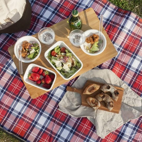 【スタッフの愛用品】外でも居心地のいい空間を。折りたたみ式ローテーブルで楽しむピクニック。