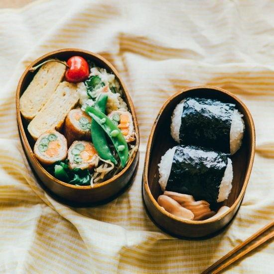 【青葉家のお弁当】おにぎり・卵焼き・ポテトサラダ。定番おかずにひと工夫「リクのお弁当」