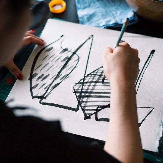 【キャンペーンは終了しました】表紙を描いたのはどんな人?デザイナー・サトウアサミさんの作品づくり