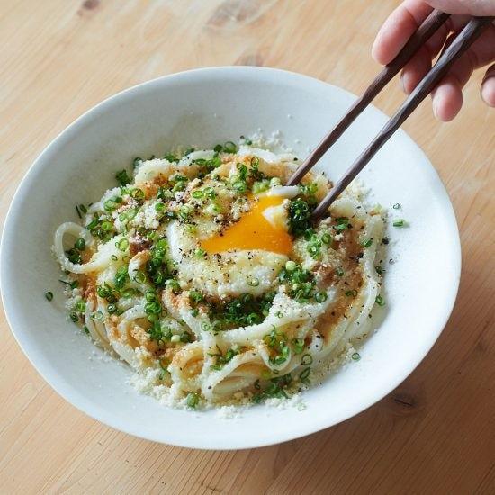 【たまごの休日料理】後編:ボリューム満点!ストック食材で作る「カルボナーラ風温玉うどん」と「和風天津飯」