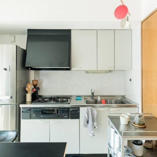 【居心地のいい部屋づくり】壁付キッチンをもっと使いやすく!食器棚やワゴンをフル活用