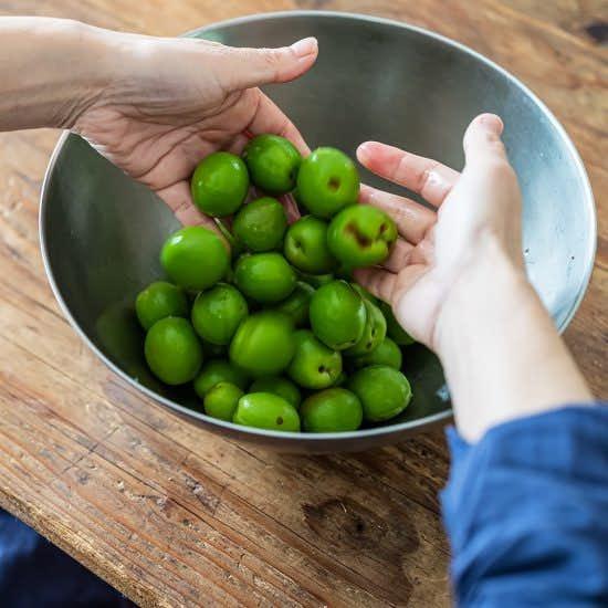 【小さくはじめる梅しごと】前編:ボウル一杯分だけ。15分でつくれる「梅漬け」レシピ