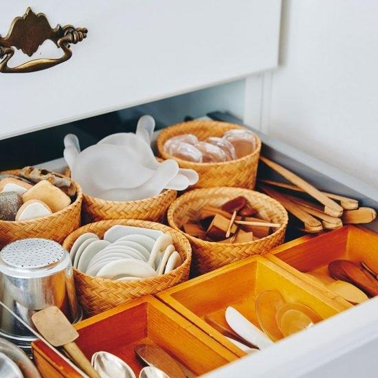 【かごと収納】食器や布巾、キッチン収納でもかごは大活躍。