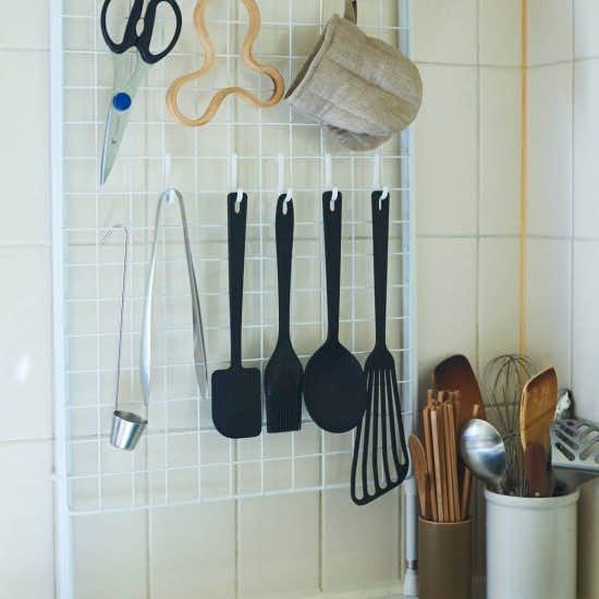 【ワイヤーネット収納】細々したツールが集まる「キッチン」こそ、ワイヤーネット収納がおすすめ