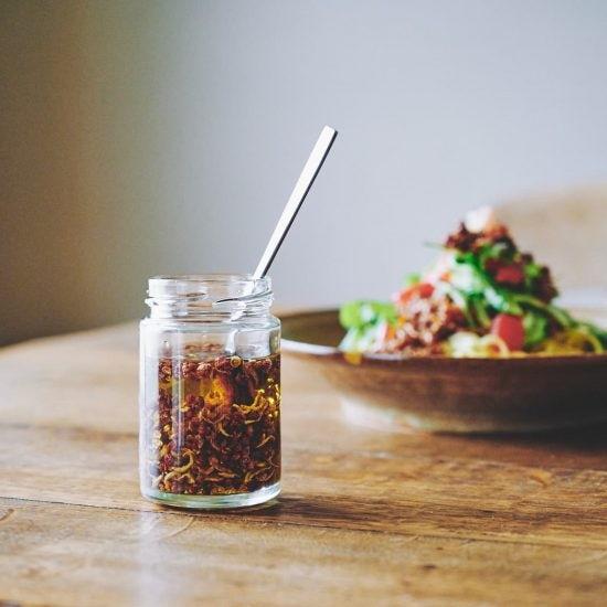 【わが家のびん詰めvol.1 辛いはおいしい】第1話:家で作れる本格調味料。藤原奈緒さんの新しいびん詰め「しょうが花椒オイル」
