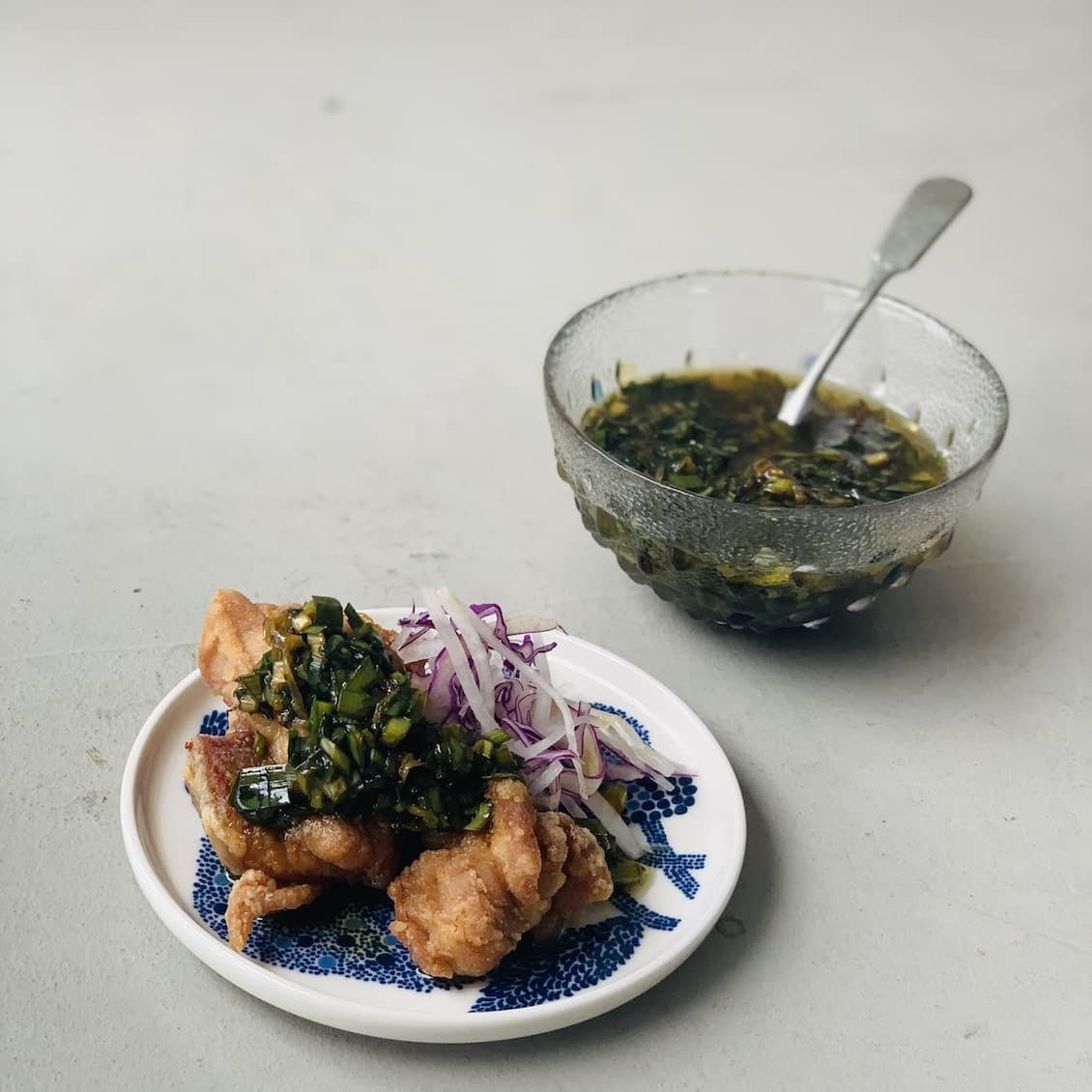 【クラシコムの社員食堂】クリスピー感がたまらない! 唐揚げと「万能ニラダレ」でお昼ごはん。
