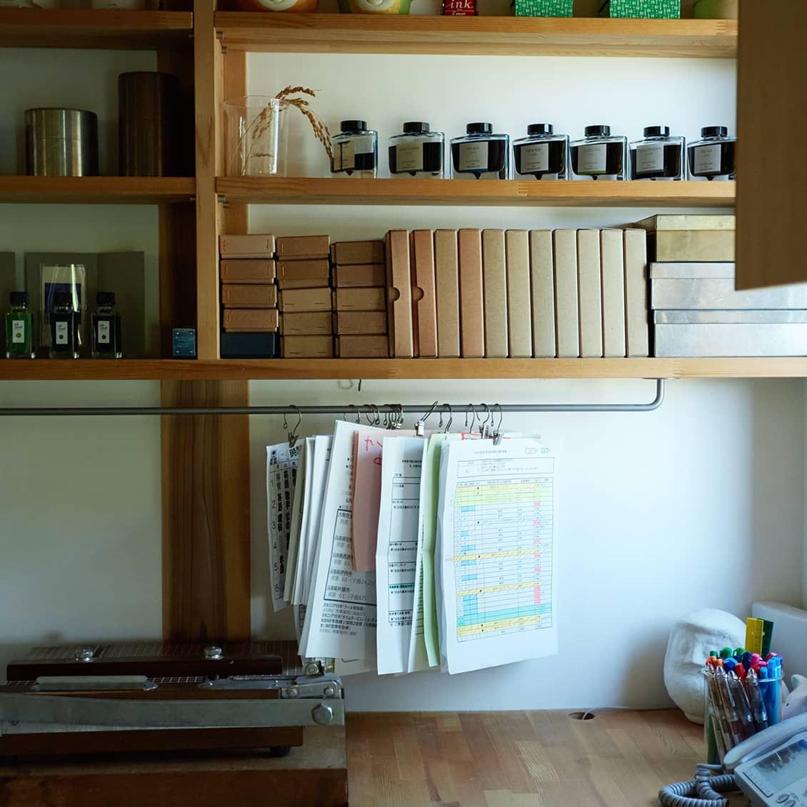 【すきま収納を味方に】散らかりがちな書類は、すきまを利用したバーに吊るして。収納のアイデアいろいろ