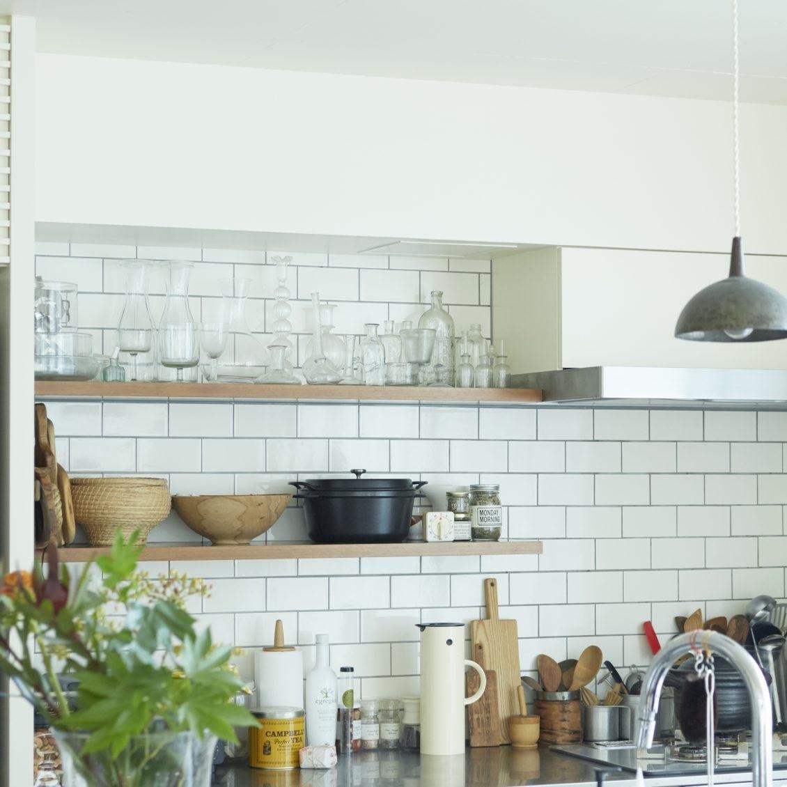【飾り棚で、理想の我が家】素材と色に注目? 使い勝手とスッキリを叶える「キッチン・デスク周り」のアイデア