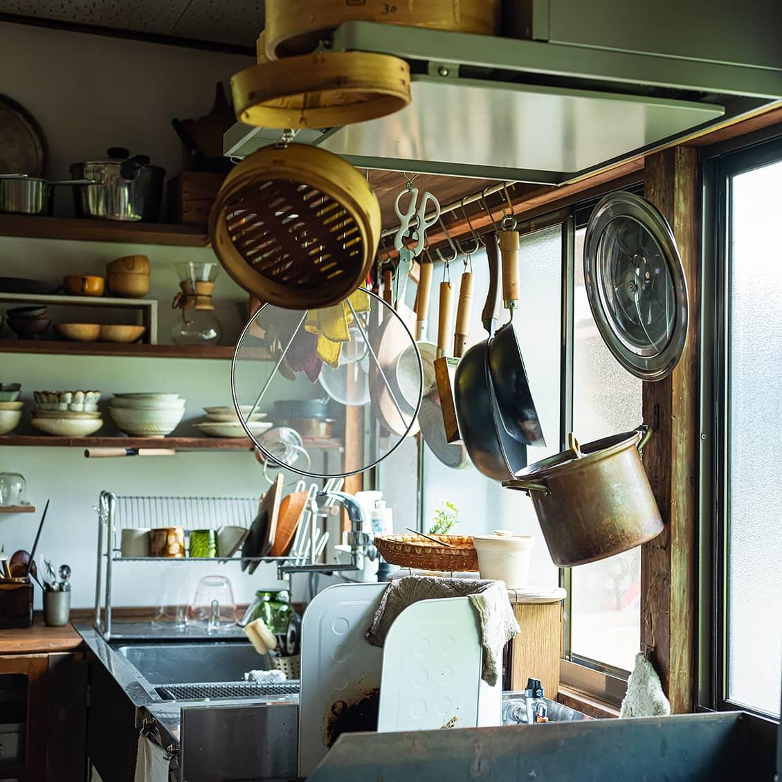 【訪ねたい部屋】第2話:吊り下げるから使いやすい。「リズミカルな暮らし」を教えてくれた、土間のある台所