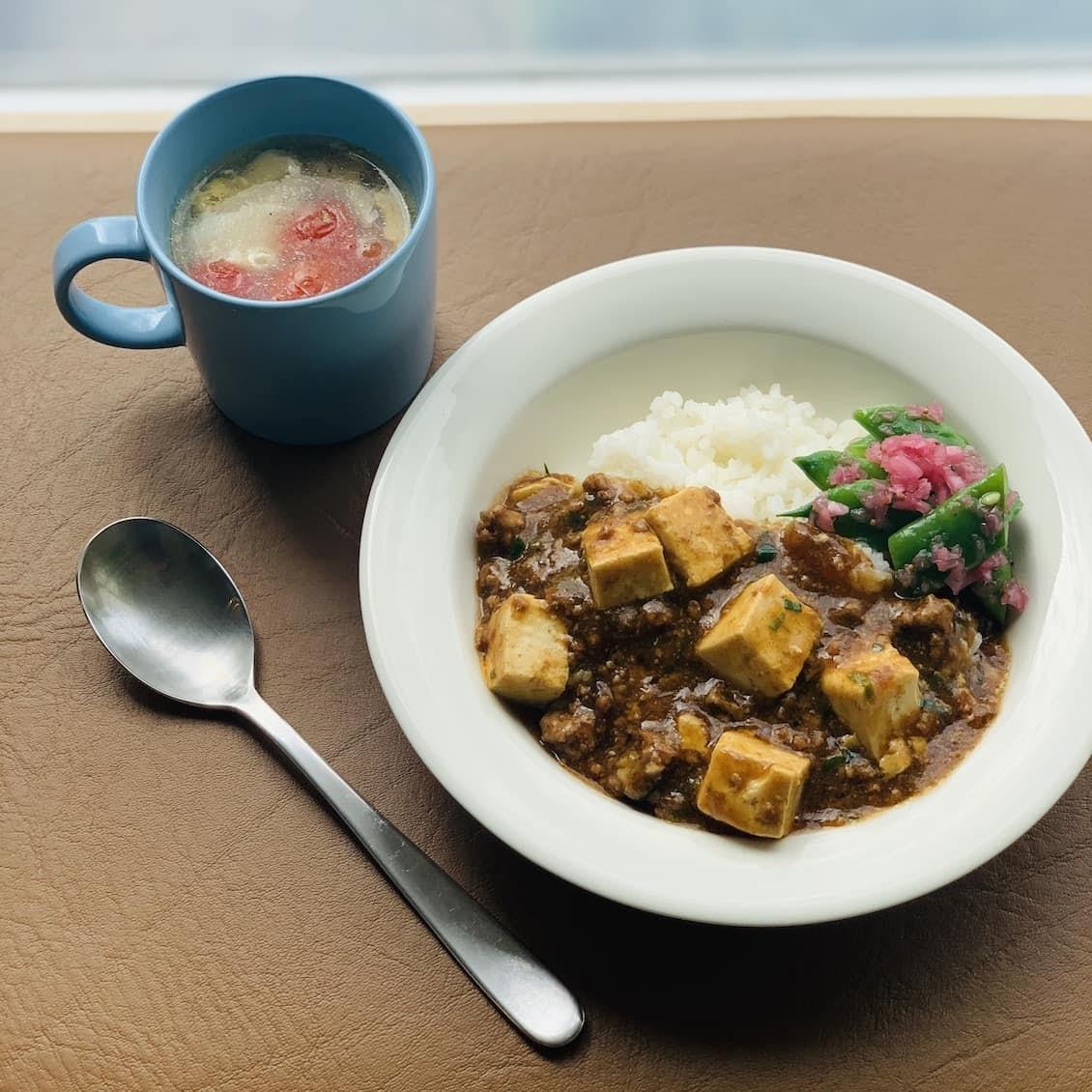 【クラシコムの社員食堂】丼はあえて「スープ皿」に? 麻婆豆腐丼でお昼ごはん