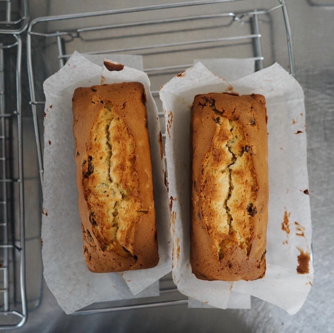 【僕のおやつ日記】食欲の秋!しっとり華やかなラムレーズンのパウンドケーキと、実店舗営業日のお知らせ。