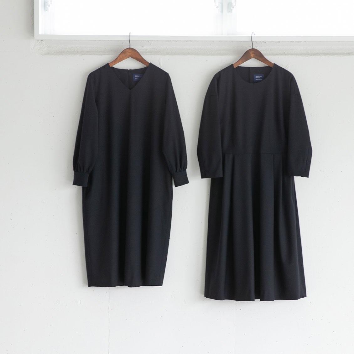 【着用レビュー】気になるサイズ感とシルエット。「プリーツ」と「コクーン」2型のフォーマルワンピを4名のスタッフが着てみました