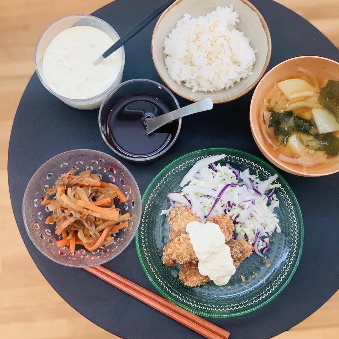 【クラシコムの社員食堂】旬の白菜は千切りにしてサラダに! カキフライのお昼ごはん