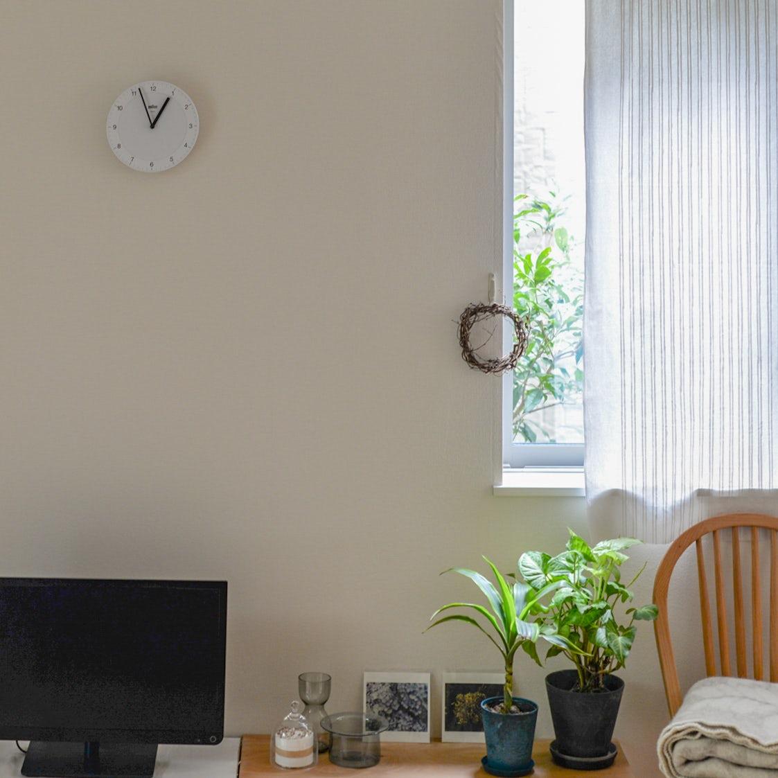 【スタッフの愛用品】モノトーンが白壁にスッキリとなじむ、BRAUNの壁掛け時計