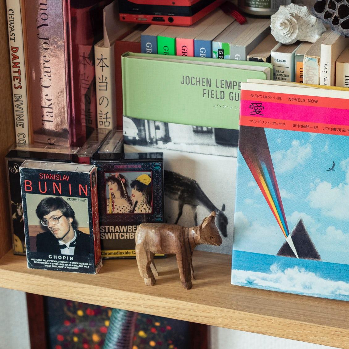 【本棚を主役に】「余白」と「壁」がポイント?本棚が垢抜ける、雑貨のしつらえ4つのコツ