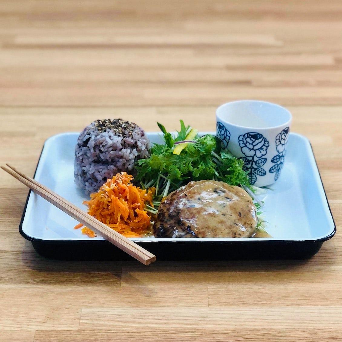 【クラシコムの社員食堂】「出汁のあん」をたっぷりと! 和風ハンバーグでお昼ごはん