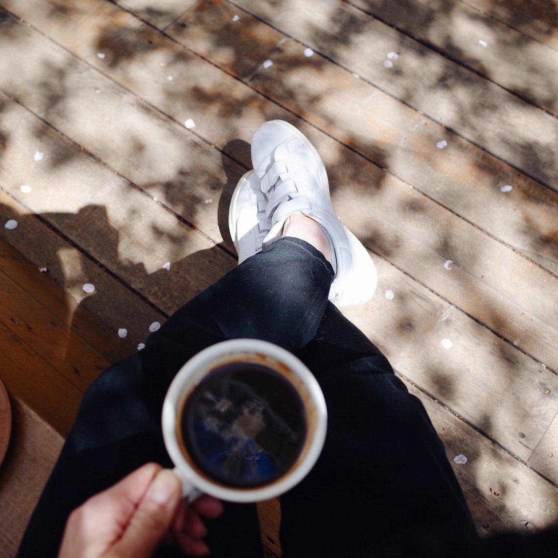 【僕のおやつ日記】白いスニーカーと、黒い革靴。