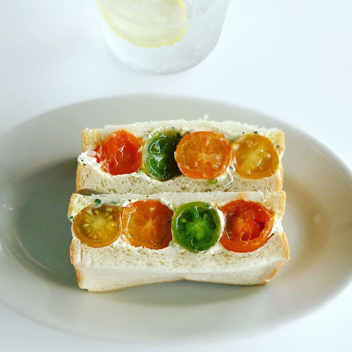 【サンドイッチも、夏コーデ】1話目:マリメッコの花柄のように。プチトマトがまるごと入った、とびきりサンドレシピ