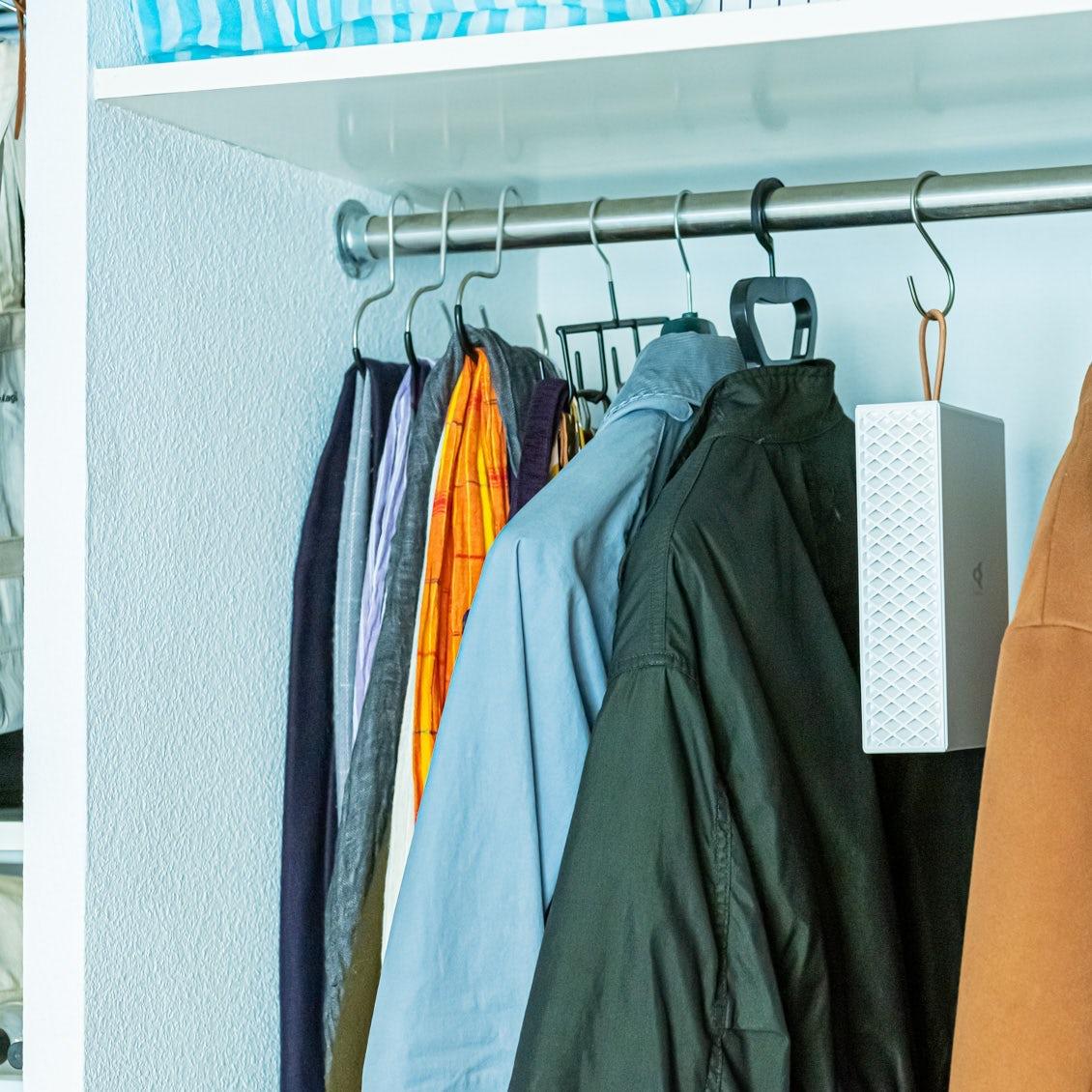 【暮らしのにおい対策】衣装ケースを使ってにおいをリセット! 置いて掛けて使える新しい脱臭機って?