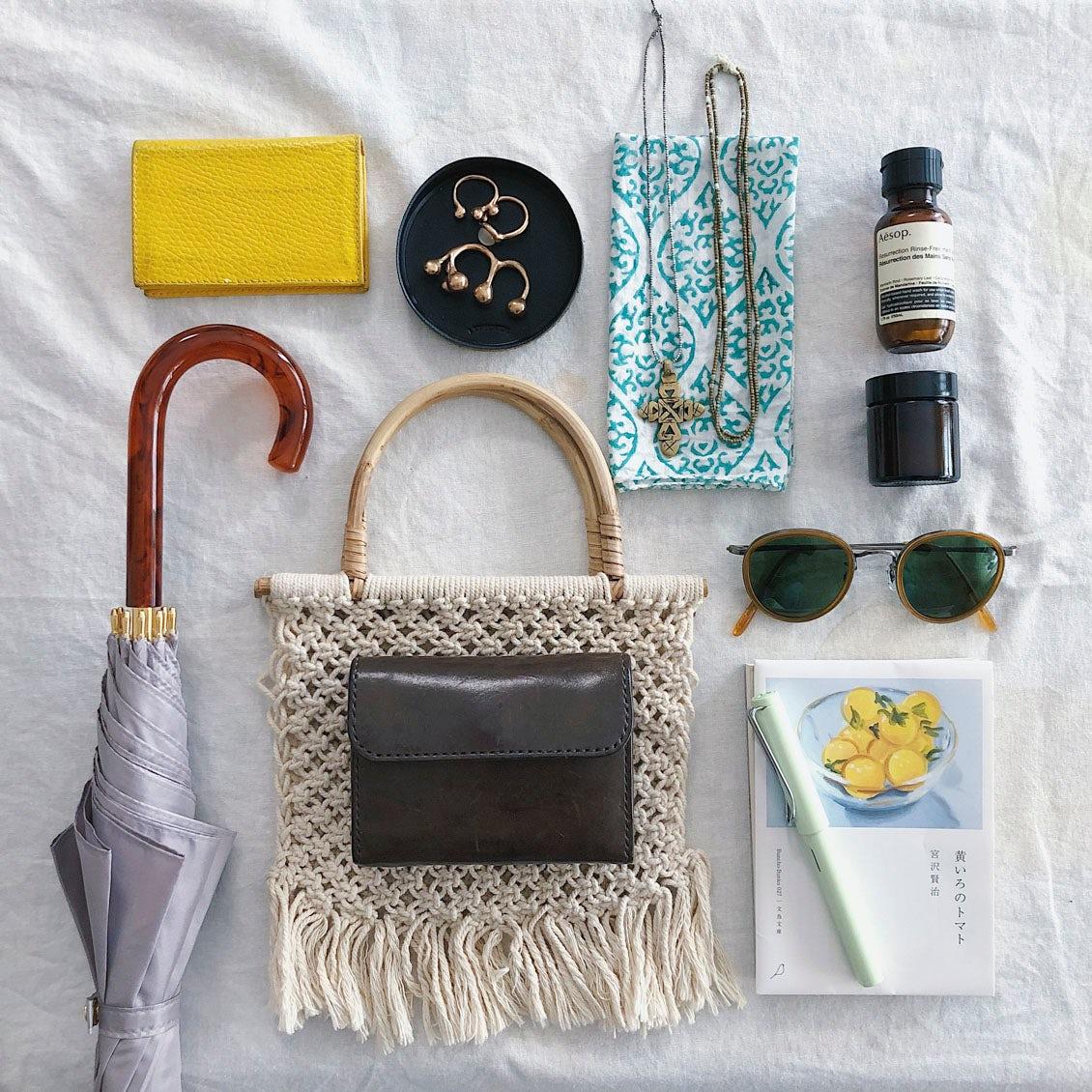 【あの人のバッグ】日々の持ち物には、差し色で遊び心を携えて。身軽さ重視のバッグの中身(久保利彩さん)