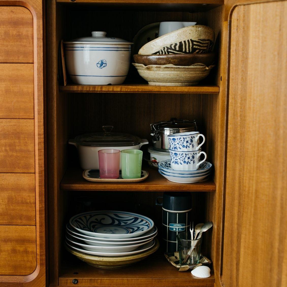 【365日、模様替え】第4話:まる見えの洗濯機は、DIYで家具気分。食器棚に和紙を敷いたら?