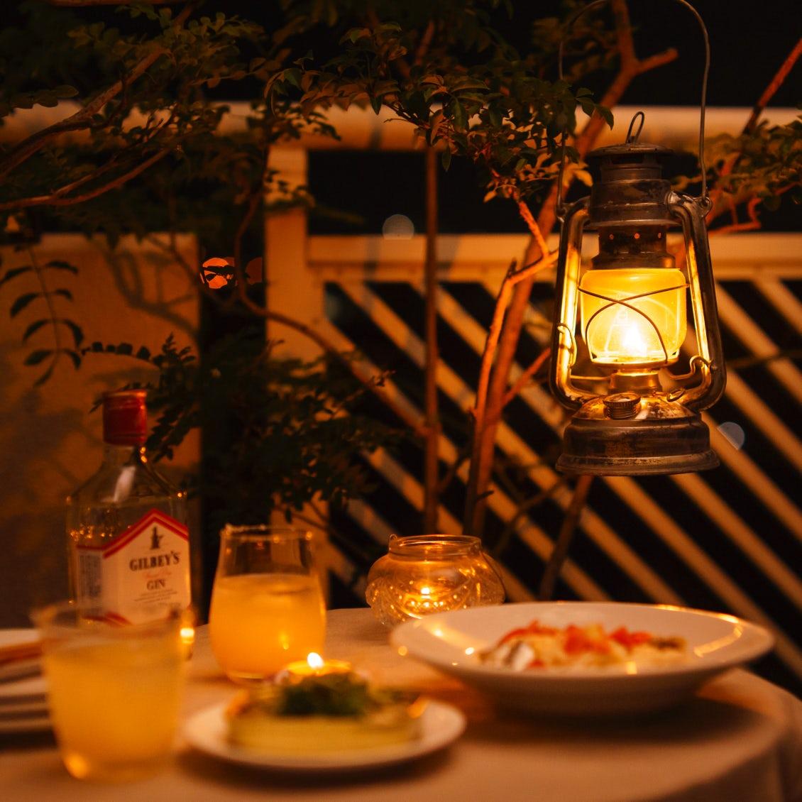 【至福の「丸焼き」おつまみ】第1夜:夏の夕方、グラスを片手にベランダへ。オイルサーディン缶編